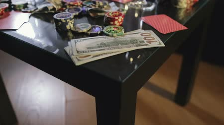 Франклин : View of the poker table. Table to play poker for money with cards and chips. Close up. The movement of the camera on the Steadicam