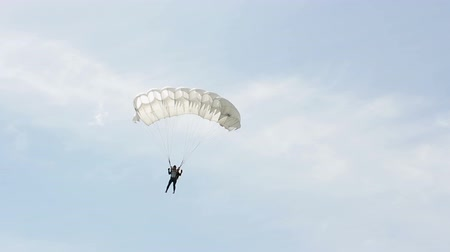 padák : Man extremely descends with a parachute to the ground. Parachute flight. The view from the ground Dostupné videozáznamy