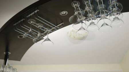 artigos de vidro : Bar counter suspendet, glasses for martini and alcoholic beverages. Close-up