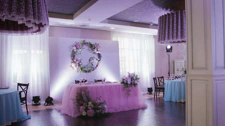 züccaciye : Stylish and beautiful decor and decoration of the table and interior with flowers and glassware, for wedding ceremony and other celebrations. Purple and pink. The concept of the wedding