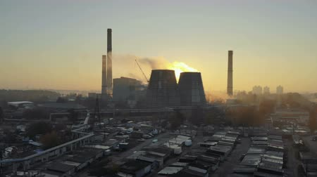 дымоход : Aerial view of the smoking pipes of the plant at sunset. Environmental pollution. Panorama of the city with pipes and smoke. The concept of ecology, climate
