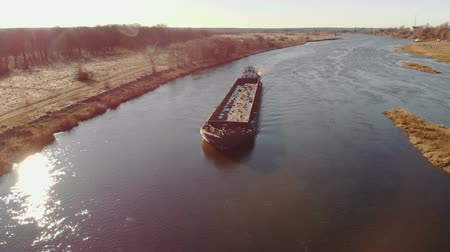 flutuador : Aerial shot of a tug ship with an empty barge floating on the river in spring. 4K resolution