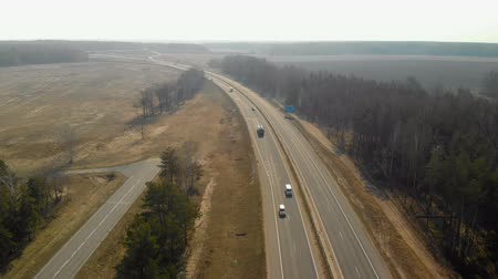 solo : Aerial view of the highway with low traffic. A small number of cars moving on the road in the daytime