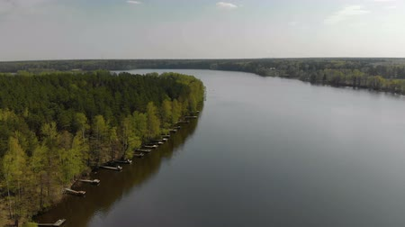 рыболовство : Fishing tourism, recreation concept. Beautiful forest lake or river on a Sunny summer day and many old wooden piers or piers. Fishing bridge on the morning river