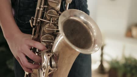 детали : The boy in the black shirt playing the saxophone and your saxophone closeup Стоковые видеозаписи