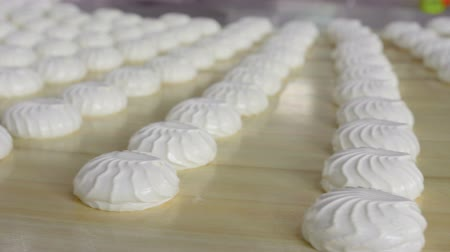 konfekció : Sweet and healthy dessert. Fresh, white and delicious meringue cookies have just been cooked. Steadicam shot