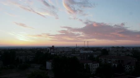 atmosféra : Timelapse of dark blue sky with pink and yellow clouds over the city landscape early in the morning or late at night Dostupné videozáznamy