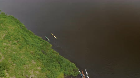 Деятельность выходные : Many kayaks float down the river. Sports hobby in the form of kayaking. The view from the top. Active water sports and leisure