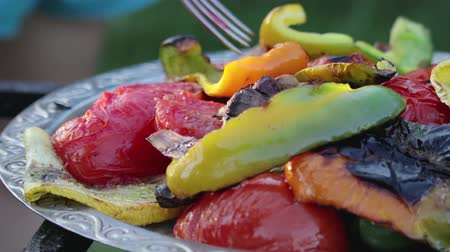 dietético : Close-up of grilled colorful vegetables, they lie on an iron vintage plate. The concept of veganism, proper nutrition
