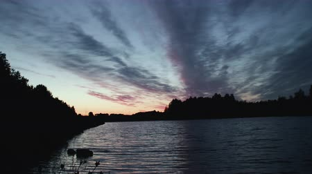 градиент : Timelapse waves of the pond and sunset dramatic sky late at night. Beautiful time of day