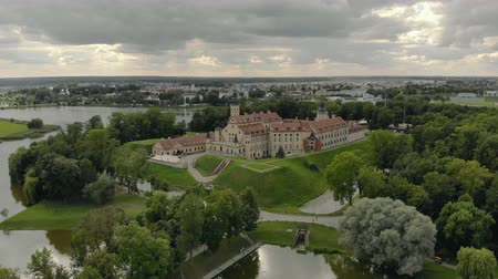fachada : Nesvizh, Belarus-AUGUST 16, 2019. Panorama of the famous, old, medieval castle of the 16th century. The Palace and Park complex and the former residence of the Radziwill noble family. Aerial view