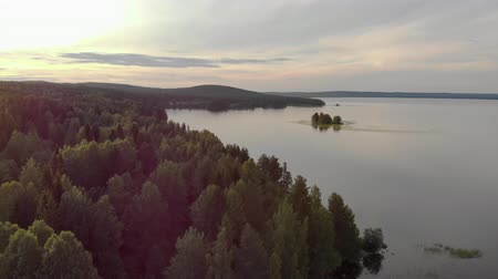 плато : Beautiful panorama over the tops of the green, old forest. The trees are reflected in a large lake. Landscape of untouched nature. The picture was taken from a helicopter. The view from the top