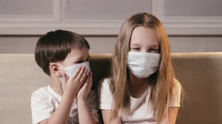 щит : Small, sick children in medical masks are examined for viral infection, protection from the crown virus