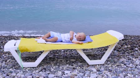 recentemente : the baby sleeps on the beach Vídeos