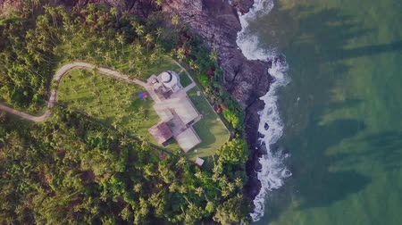 curso : Aerial drone shot of a coastal lighthouse on one of the islands, sri lanka Vídeos
