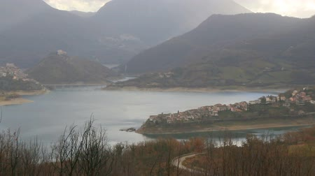 à beira do lago : Panoramic view of Colle di Tora on the shores of Lago del Turano in the province of Rieti in Lazio in Italy. Stock Footage