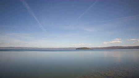 кратер : Timelapse in 4K of Lake Bolsena with Martana Island in the background and the cloudy sky Стоковые видеозаписи