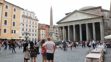 obra prima : May 12, 2018, Rome, Italy. Crowd of tourists in Rome in front of the Pantheon. The fountain of Piazza della Rotonda in Rome. The Pantheon obelisk with fountain and tourists in Rome. Video.