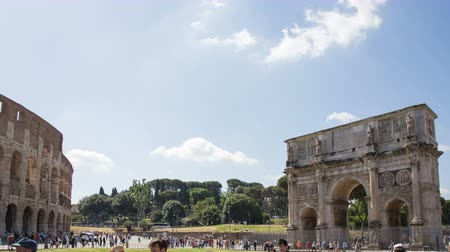 imparator : June 9 2018, Rome, Italy. Rome, Arch of Constantine time lapse. Crowd of tourists in Rome. The Arch of Constantine and the Colosseum in Rome. 4k. Stok Video