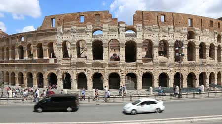 арена : June 9 2018, Rome, Italy. Crowd of tourists visiting the Colosseum in Rome. Video of the Colosseum. The Colosseum and the Roman Forum. Стоковые видеозаписи