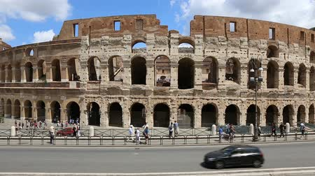 imperatore : June 9 2018, Rome, Italy. Crowd of tourists visiting the Colosseum in Rome. Video of the Colosseum. The Colosseum and the Roman Forum. Filmati Stock