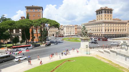 viktoriánus : 09-06-2018 Rome, Italy. View of Piazza Venezia from the Vittoriano with tourists and traffic. Venice square. Stock mozgókép