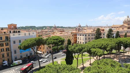 oltář : 09-06-2018 Rome, Italy. Panorama of Rome from the Vittoriano with the roofs of the houses and the domes of some churches. Dostupné videozáznamy