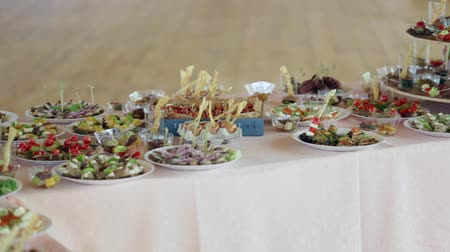 общественное питание : Various snacks on a table event, the camera on the move goes around the table. Стоковые видеозаписи