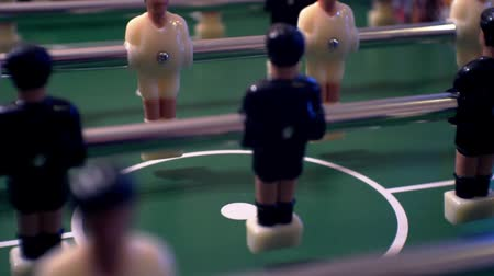 miniatuur : tafelvoetbal. kleine plastic spelers in het tafelvoetbal. spel kicker close up. ondiepe scherptediepte. Stockvideo