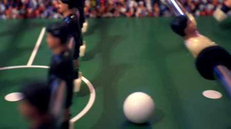 долл : foosball.small plastic figures of players in table soccer.game kicker.close-up.shallow depth of field. Стоковые видеозаписи