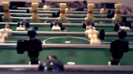 tekmeleme : foosball.small plastic figures of players in table soccer.game kicker.close-up.shallow depth of field. Stok Video