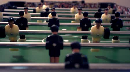 fotbalista : foosball.small plastic figures of players in table soccer.game kicker.close-up.shallow depth of field. Dostupné videozáznamy