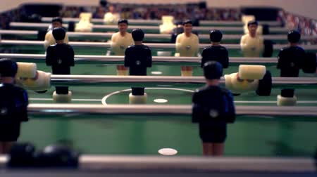 miniatűr : Games, entertainment, hobbies and leisure. Football for the kicker with miniature players. Foosball with plastic figures. Indoor table football - a game in the office. Close-up. Shallow depth of field