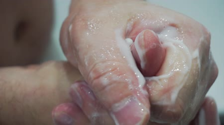 żel : man puts the cream on his hands and does self-massage of the brushes. Wideo