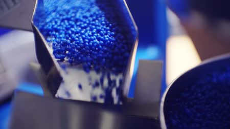 granulação : plastic granules move along the production line
