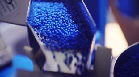 petrolkémiai : plastic granules move along the production line