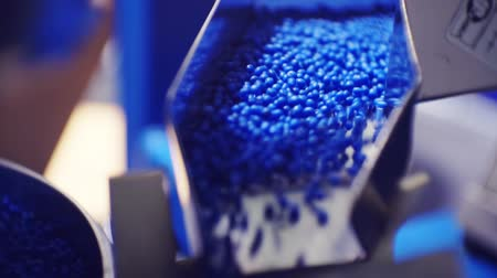 granulado : plastic granules move along the production line
