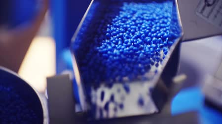 moldagem : plastic granules move along the production line