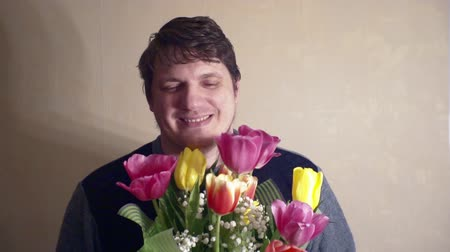 урод : funny smiling man with a bouquet of flowers
