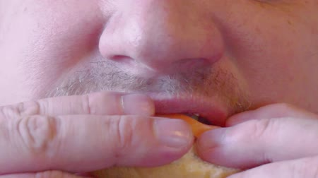 жевать : hungry man chews food.face close-up
