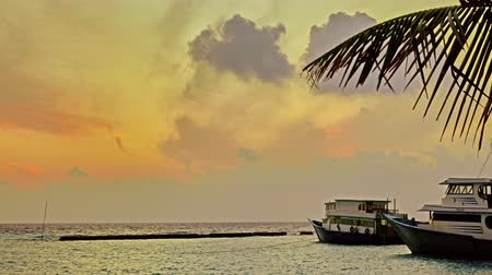 Мальдивы : Beautiful sunrise on a tropical island in the Maldives.