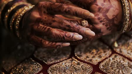 prepairing : Brides hands painted with mehndi Stock Footage