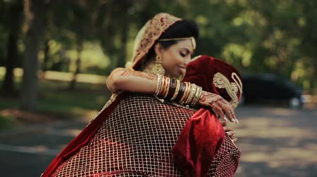 любовь : Handsome groom takes Hindu bride on his arms