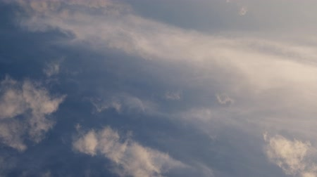 felhős : Time lapse video of white cumulus and fleecy clouds morphing on blue sky, 4K