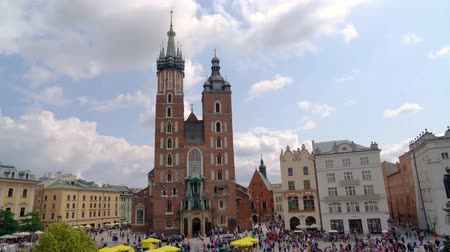 cracovie : Touristes visitant la place principale du centre de Cracovie