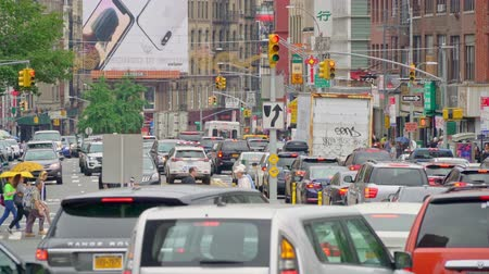 Бродвей : traffic exiting the Manhatten bridge into Chinatown in Downtown New York city Стоковые видеозаписи