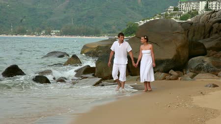 caminhada : Happiness couple walking on a beach.