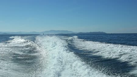 lancha : View from the rear of moving speedboat.