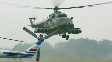 運輸 : Mil Mi-8 military helicopter landing on the airfield.