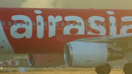 levegő : Air Asia Airbus 320 taxiing after landing, International Phuket Airport, Thailand